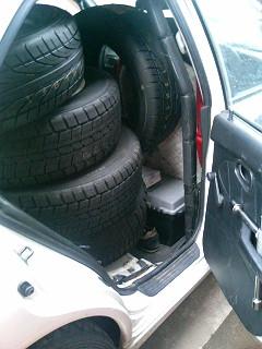 で、タイヤを12本積んだ